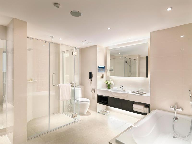 Executive suite bathroom, Sama-Sama Hotel