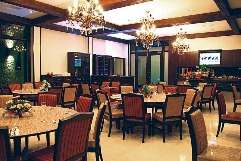 Fine dining at Hotel De' La Ferns