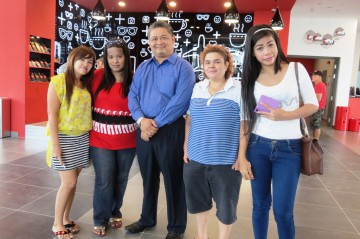 Tune Hotel KLIA2 Manager (centre) with guests from Medan, Indonesia (from left) Desi, Rida, Putri and Serly.