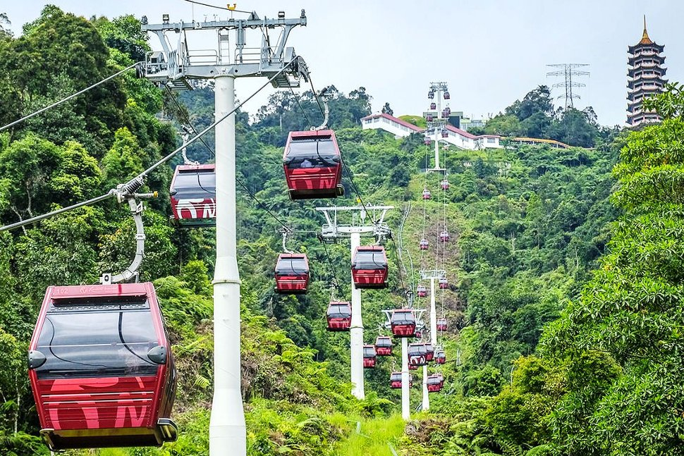 Fly up in just 10 minutes from the Awana Station at mid-hill to the SkyAvenue Station at the peak.