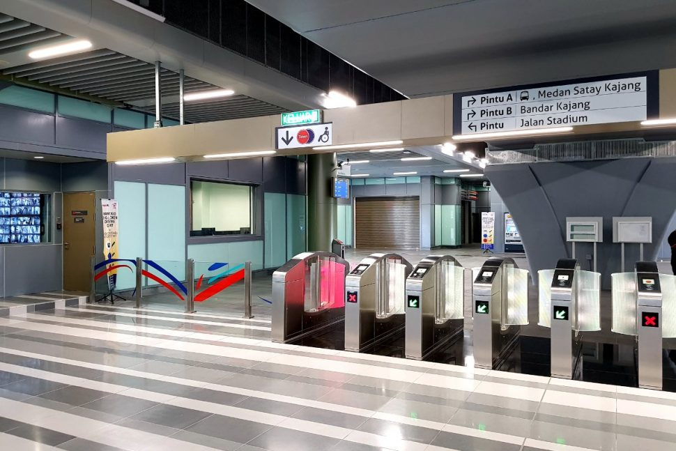 Fare gates and control room on concourse level